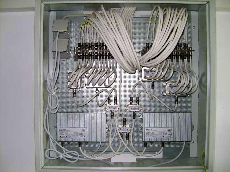 Viele Kabel in einer Hausverteilungsanlge