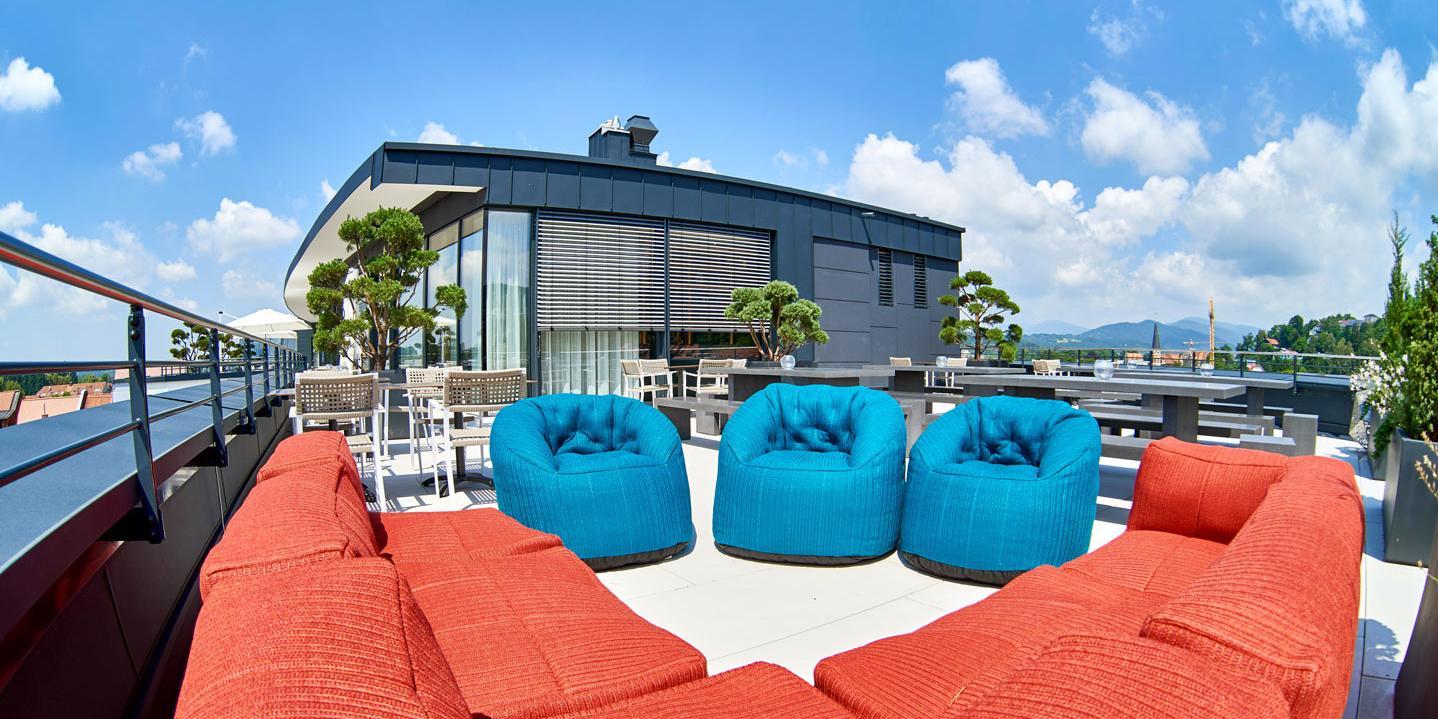 Moderne Dachterasse mit Couch und Stühlen
