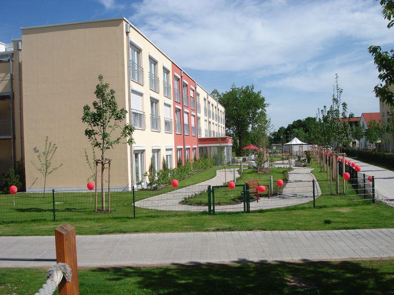 Seitliche Ansicht des zur Eröffnung dekorierten Pflegeheims in Fürstenfeldbruck