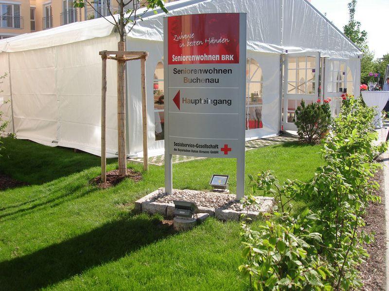Wegweiser-Schild zum Haupteingang des Pflegeheims Fürstenfeldbruck