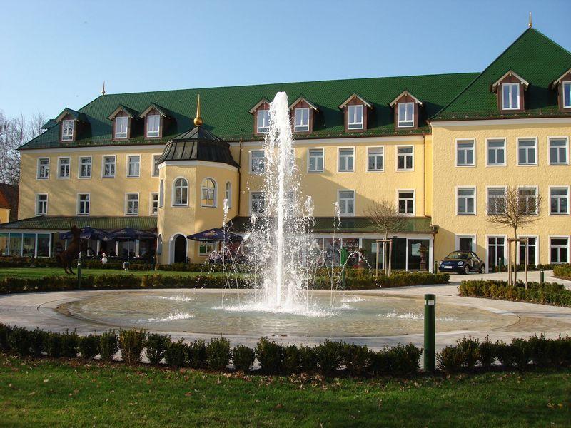 Ehemaliges Klinik-Gebäude mit Springbrunnen in Plattling