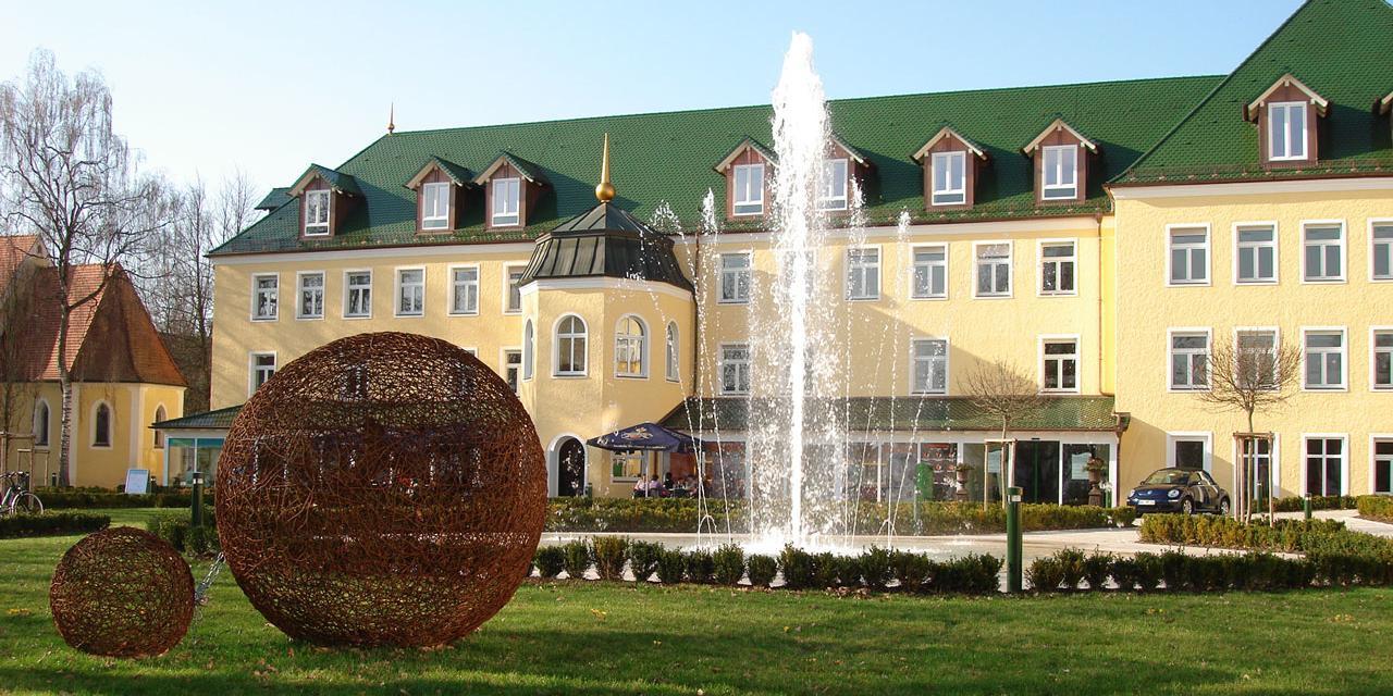 Seniorenwohnheim Isar Park von Außen mit Parkanlage und Springbrunnen